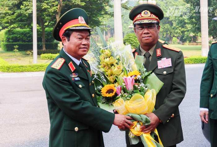 Đại tướng Đỗ Bá Tỵ, Tổng tham mưu trưởng Quân đội Nhân dân Việt Nam chào mừng Trung tướng Suvon Luongbunmi, Tổng tham mưu trưởng Quân đội Lào - Ảnh: Tùng Đinh