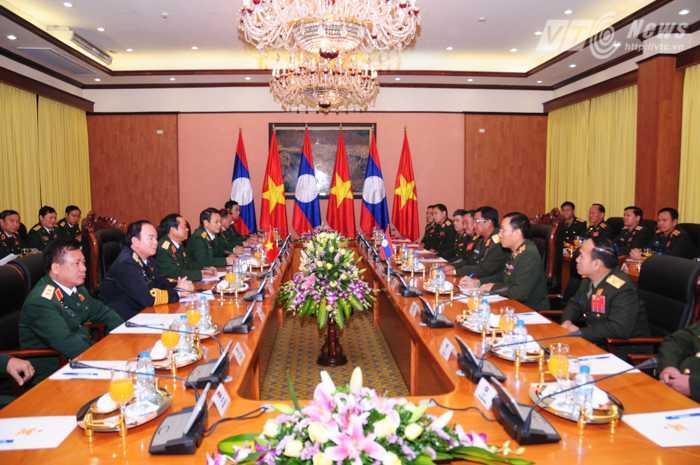 Hội đàm được tổ chức giữa 2 đoàn do Tổng tham mưu trưởng Việt Nam, Lào dẫn đầu - Ảnh: Tùng Đinh