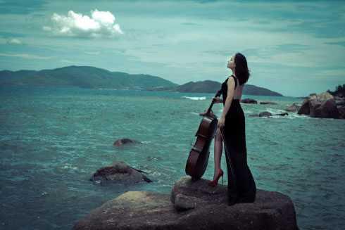 Đinh Hoài Xuân là nghệ sỹ cello được biết đến với những MV nổi tiếng như Hướng Về Hà Nội, Sóng về đâu.