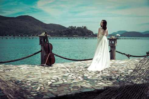 Trong bộ ảnh mới được thực hiện tại Nha Trang, Đinh Hoài Xuân mơ màng quyến rũ trước biển.