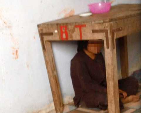 Khi người dân mở cửa ngôi nhà cũ, phát hiện bé Thiên ngồi dưới gầm bàn, phía trên bàn có một bát nhựa đựng cơm và một đĩa muối trắng cùng một chai nước. Ảnh: CTV