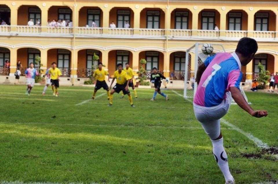 Một trận đấu ngay trong khuôn viên trường Đại học, thuộc giải Regional League Division 2 ở Thái Lan