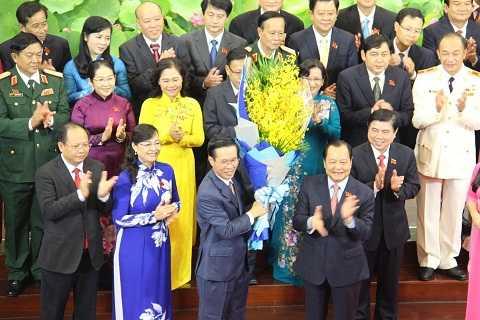 Phó bí thư Thành ủy Võ Văn Thưởng nhận hoa từ Bí thư Lê Thanh Hải