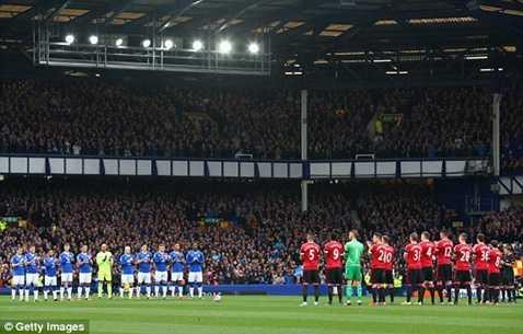 Cầu thủ 2 đội dành 1 phút tưởng nhớ cựu cầu thủ Everton, Howard Kendall