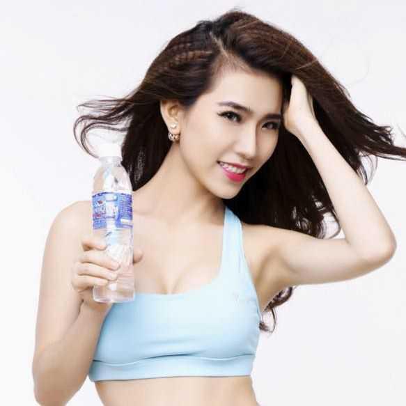 Người đẹp Hoàng Y Nhung bắt đầu bước chân vào showbiz năm 2012 nhưng cô được khán giả biết đến nhiều hơn sau khi giành giải Á khôi cuộc thi Người đẹp tỏa sáng năm 2013.