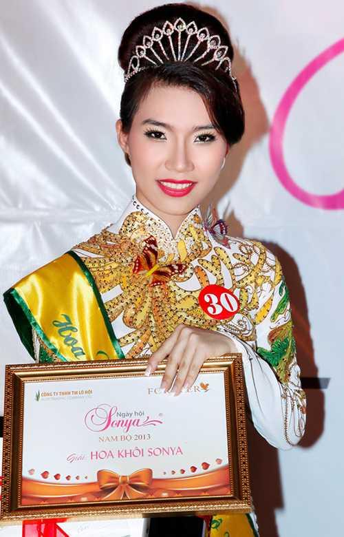 Cô cũng từng đạt giải Hoa khôi Sonya Nam Bộ năm 2013.