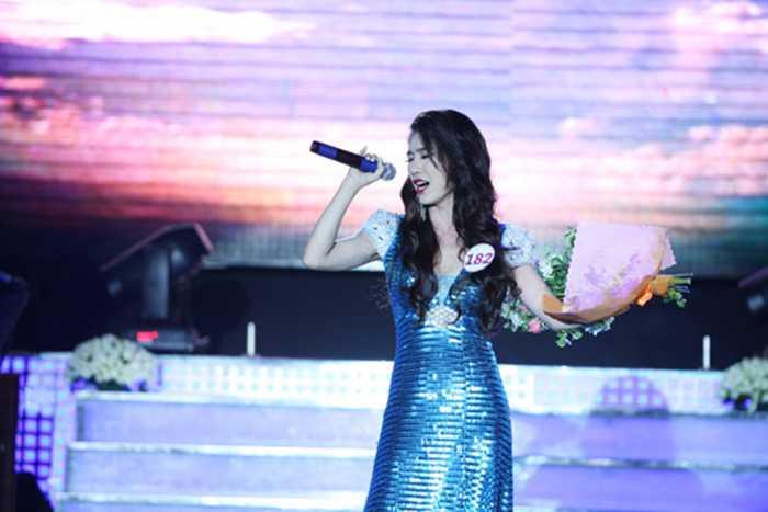 Trên sân khấu, cô luôn xây dựng hình tượng sang trọng để phù hợp với dòng nhạc trữ tình.