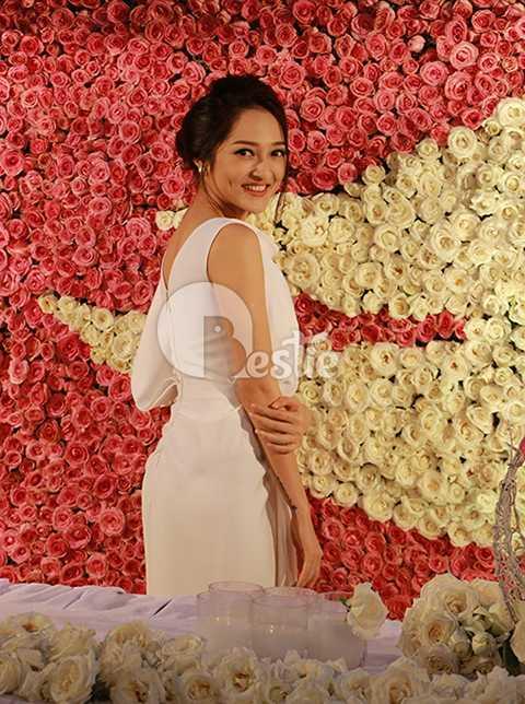Nữ ca sĩ giản dị với chiếc đầm trắng, tự tin khoe vóc dáng chuẩn và vẻ đẹp thuần khiết.