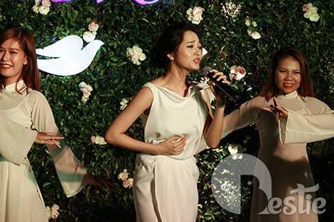 Nữ ca sĩ đã mang đến chương trình tối qua hai ca khúc