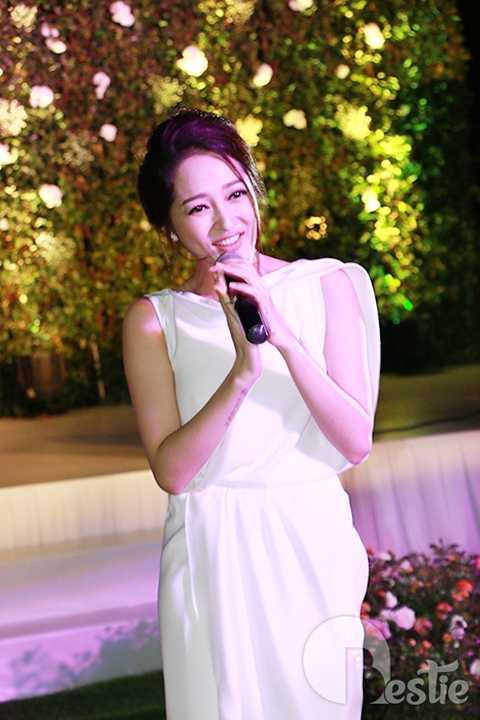 Phần trình diễn của Bảo Anh đã nhận được nhiều tràng vỗ tay tán thưởng bởi giọng hát đẹp và sự thân thiện của cô.