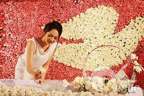 Với vai trò là khách mời đặc biệt của chương trình, Bảo Anh được vinh dự gắn cành hoa hồng thứ 27.000 lên bức tranh.