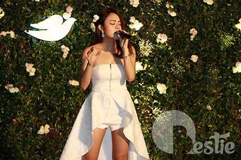 Thái Trinh đã thể hiện giọng hát thiên phú của cô qua một ca khúc nhạc Pháp. (Ảnh: Jackie Trịnh)