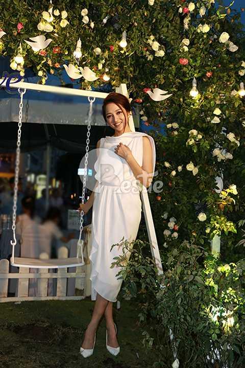 Nữ ca sĩ cũng đã tranh thủ dạo một vòng quanh vườn hồng ấn tượng được thiết kế giữa lòng một trung tâm thương mại lớn tại TP.HCM.