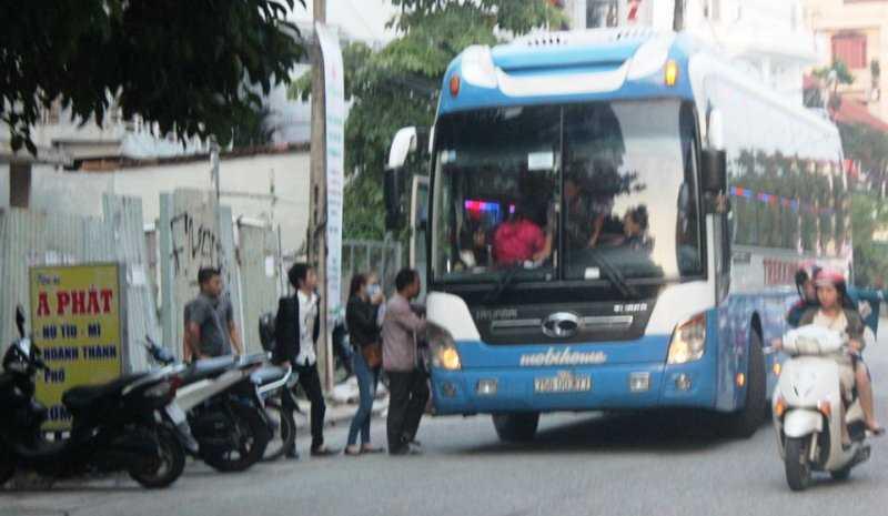 Các xe open tour bát nháo biến đường phố, sân nhà thi đấu thành bến xe