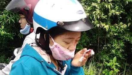 Chị Giang bị cá thể khỉ đuôi lợn tấn công gây chảy máu vùng mắt.