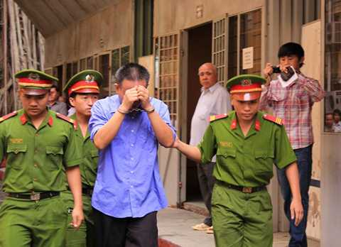 Bị cáo được dẫn giải về trại giam