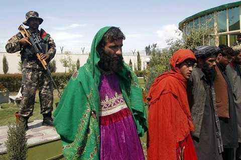 Các chiến binh IS trong trang phục phụ nữ bị tước vũ khí và bị đưa đến các nhà tù địa phương