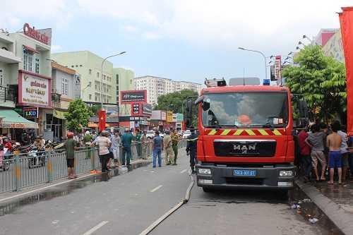 7 xe chữa cháy cùng hàng chục chiến sĩ đã nhanh chóng tiếp cận hiện trường.
