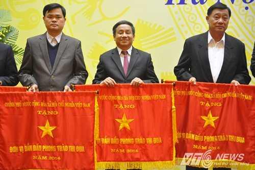 Tân Bí thư Tỉnh ủy Hà Tĩnh Lê Đình Sơn (giữa)