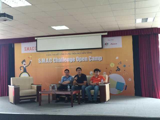 3 đại diện của tập đoàn FPT trao đổi với các thí sinh.