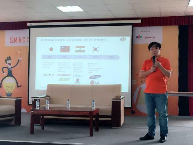 Ông Lê Hồng Việt (GĐ công nghệ của FPT Software chia sẻ với các thí sinh về xu hướng công nghệ mới.