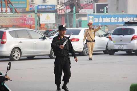 Lực lượng Cảnh sát cơ động xuống đường phân luồng giao thông, chống ùn tắc