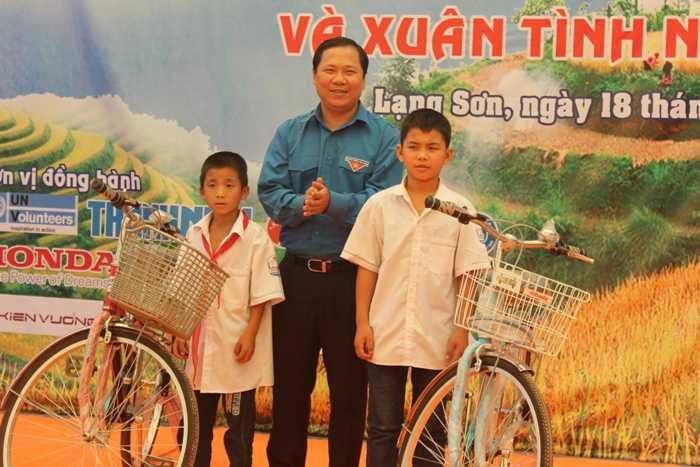 Trao tặng 20 xe đạp cho học sinh có hoàn cảnh khó khăn, học tập tốt.