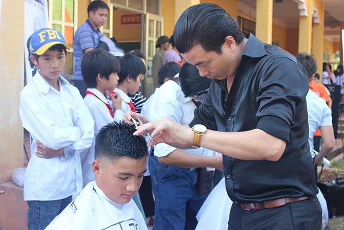 Cắt tóc miễn phí cho học sinh nơi đây.