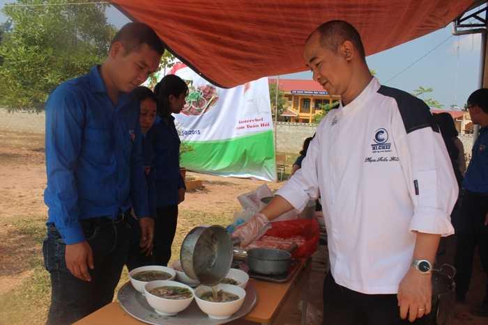 Nhóm Anh Phạm Tuấn Hải đã nấu 600 bát phở cho học sinh huyện Lộc Bình.