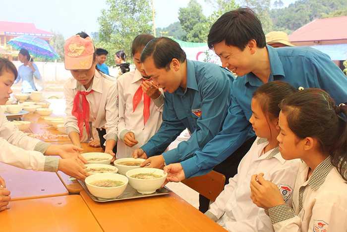 Anh Nguyễn Phi Long (Bí thư Trung ương Đoàn, Chủ tịch Hội Liên hiệp Thanh niên Việt Nam) đưa từng phát phở đến với các em học sinh.