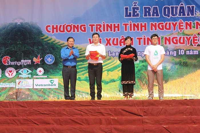 Trao tặng 400 cờ Tổ quốc bà con nhân dân huyện Lộc Bình.