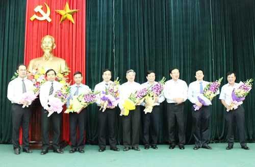 Bộ trưởng Phạm Vũ Luận tặng hoa chúc mừng các cán bộ (Ảnh: GDTĐ)