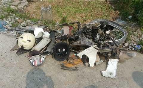 Xe máy bị đâm nát vụn