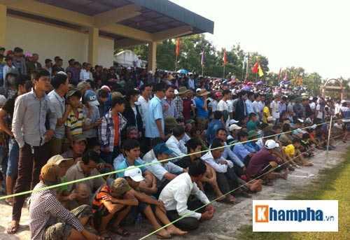 Rất đông khán giả đến sân