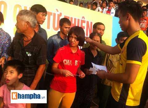 Các cầu thủ xứ Nghệ rất vui vì đã có dịp chơi bóng và trao quà từ thiện ở quê nhà của mình.