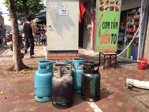 Bình gas được di chuyển ra khỏi hiện trường vụ cháy