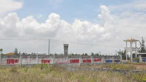 Bức tường của sân bay Nước Mặn dọc đường Trường Sa và đối diệnResort Crown Plaza chi chít thông tin rao bán nhà, đất.