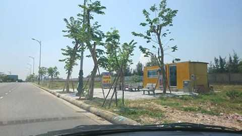 Dọc con đường Hoàng Sa, Trường Sa có lên rất nhiều dịch vụnhà đất được dựng lên bằng nhà container.