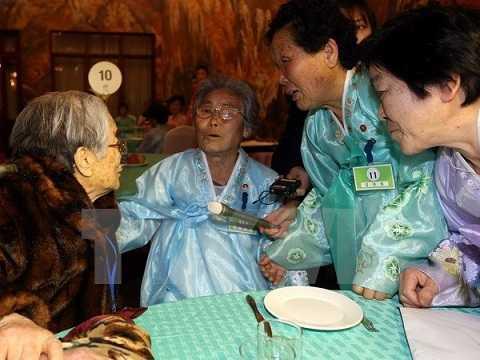 Cụ bà Hàn Quốc 96 tuổi (trái) gặp lại người thân ở Triều Tiên tại Kumgang