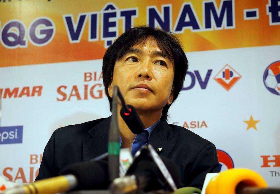 HLV Miura cô đơn sau trận thua Thái Lan (Ảnh: Quang Minh)