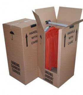 Các thùng carton với tiêu chuẩn đặc biệt, có móc treo trong thùng riêng theo yêu cầu của Alexis Mabille