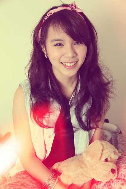 Vũ Đào Tuyết Nhung, sinh năm 1995, du học trường University of Ottawa,   Canada. Trong thời gian học tập xa nhà, cô nàng luôn là thành viên tích   cực của hội sinh viên Việt Nam tại Ottawa.