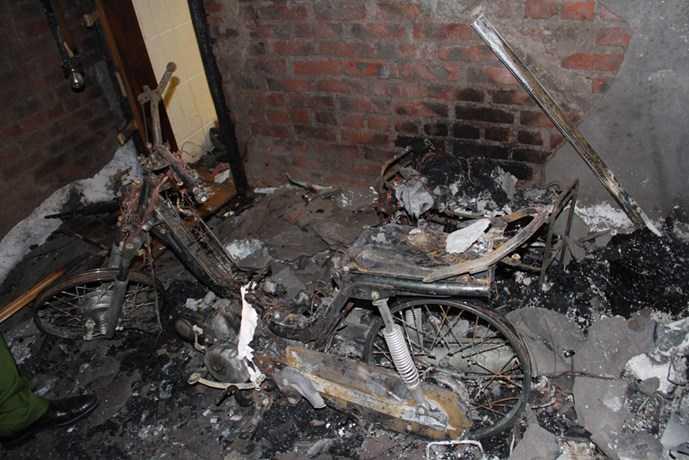 Một chiếc xe máy dựng gần đó cũng bị ngọn lửa thiêu trụi, trơ lại bộ khung - Ảnh: Phạm Đức