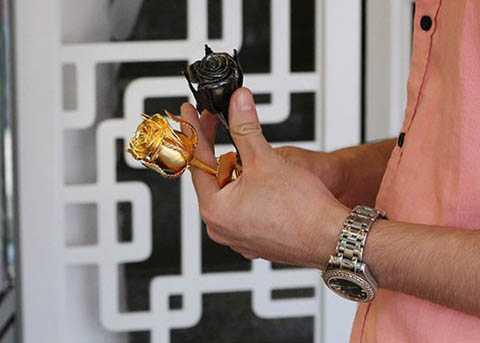 Một bông hồng mạ vàng đen có giá 4 triệu đồng. Ảnh: Ngọc Lan.