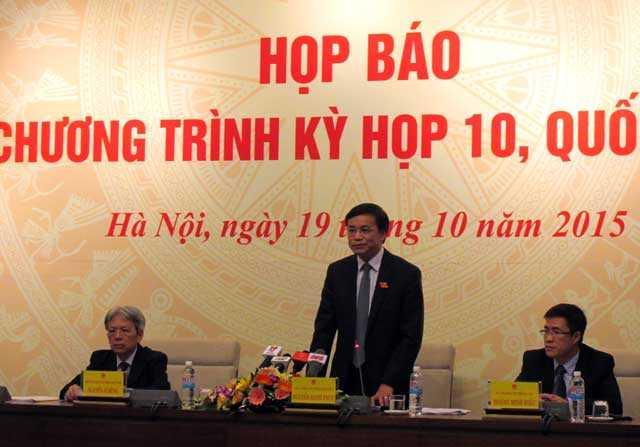 Chủ nhiệm Văn phòng Quốc hội Nguyễn Hạnh Phúc (đứng) trả lời báo chí