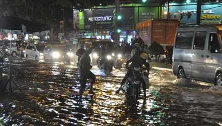 Cơn mưa từ 17h đến 19h khiến nhiều tuyến phố ngập nặng.