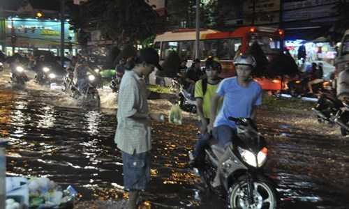 Những nơi bị ngập nặng nhất là đường Nguyễn Văn Linh, 91B ngập từ 30 –   50 cm, nhất là đoạn gần bến xe Cần Thơ và siêu thị Metro; nhiều phương   tiện bị chết máy, gây ách tắc giao thông.