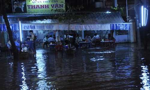 Tuyến đường Trần Văn Hoài dài hơn 1 km cũng ngập hoàn toàn, nước tràn   vào quán xá hai bên đường. Các tuyến đường chính khác như 30/4, 3/2,   Trần Hưng Đạo, Võ Thị Sáu, Cao Thắng, Nguyễn Ngọc Trai... nhiều đoạn   cũng chìm trong nước.