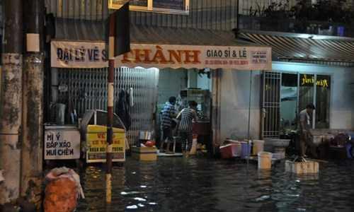 Thậm chí nước mưa còn tràn cả vào nhà dân.
