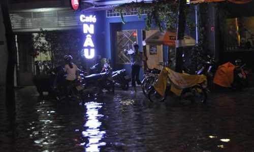Nhiều xe cộ chết máy do bị vào nước, người dân phải vật lộn trên đường phố vì mưa ngập.
